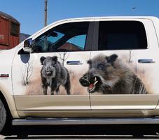 Truck mit Wildschwein-Motiv